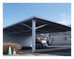 トラス屋根の下の駐車場