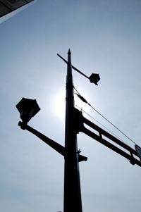 逆光の中での信号機