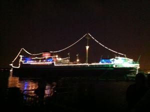夜の横浜の船