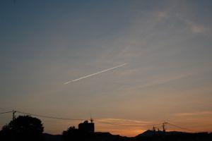 夕焼けと飛行機雲。